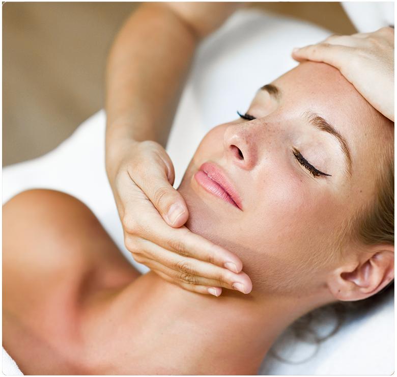 Mujer recibiendo tratamiento de estética facial